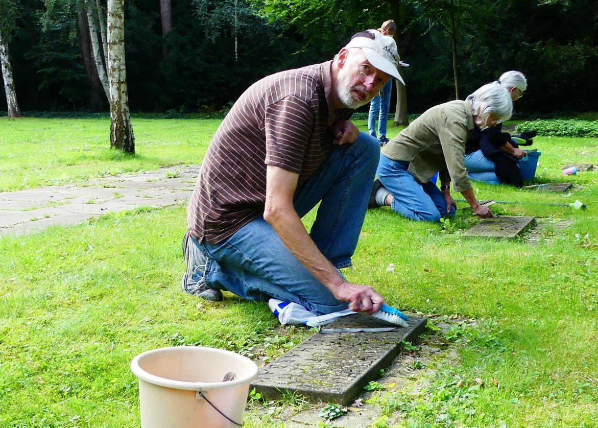 Reinigung der Grabsteine